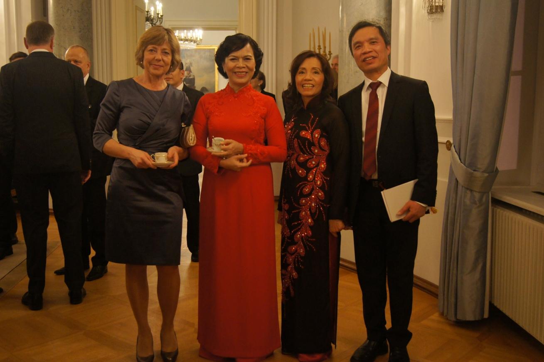 Präsidentgattinnen, Frau Daniela Schadt, Frau Mai Thi Hanh (1. und 2. v.l.)