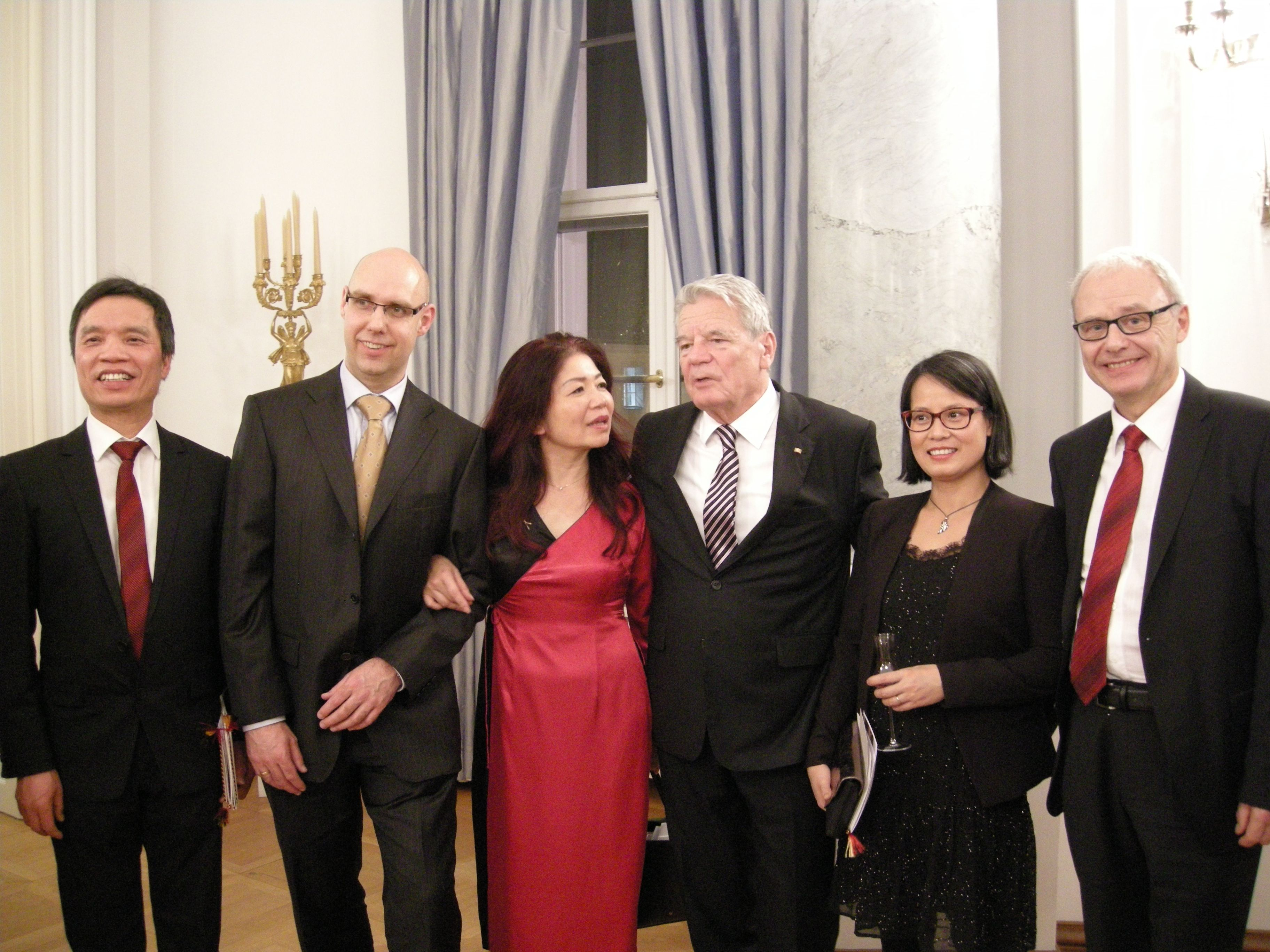 v.l.n.r. Dao Xuan Phuong, Mai-Phuong Kollath (3.), Bundespräsident Joachim Gauck (4.), Dr. Andreas Reinecke (6.)