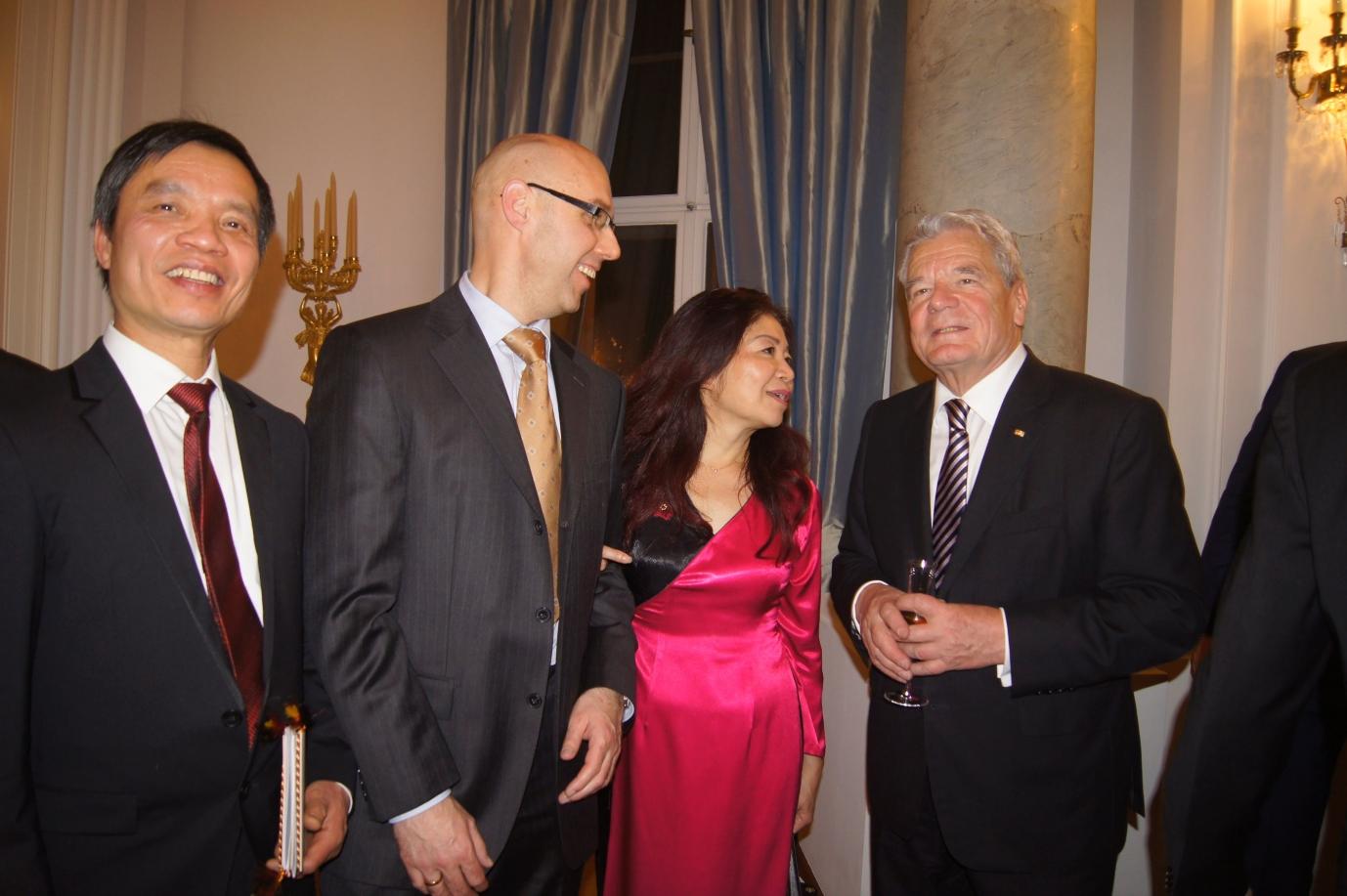 v.l.n.r. Mai-Phuong Kollath (3.), Bundespäsident Joachim Gauk (4.)